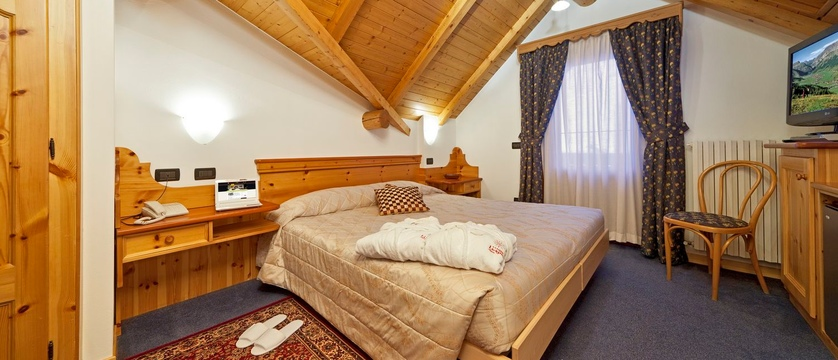 italy_livigno_hotel-livigno_superior-bedroom.jpg